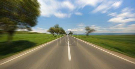 Photo pour Route floue de mouvement vu de la voiture en mouvement rapide - image libre de droit