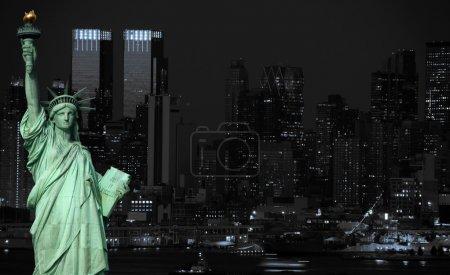 Photo pour Tonalité de Midtown new york city noir et bleu - image libre de droit