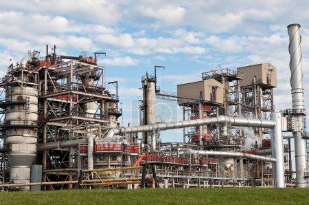 Photo pour Une raffinerie pétrochimique avec tuyaux et tours de refroidissement . - image libre de droit