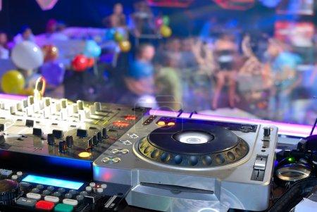Photo pour Planche de DJ sur la piste de danse, patrie disco - image libre de droit