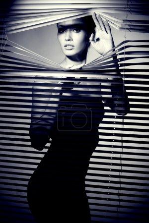 Photo pour Femme sexy en robe noire. Style rétro - image libre de droit