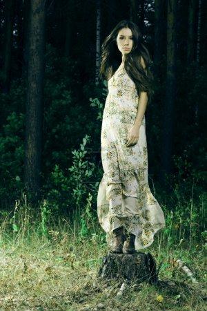 Photo pour Belle fille dans une forêt sauvage - image libre de droit