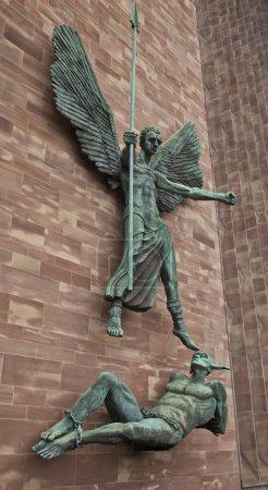 Photo pour Angel Gabriel bannit Lucifer à la cathédrale de Coventry à Coventry - image libre de droit