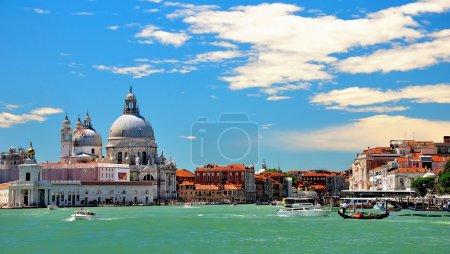 Photo pour Venise est l'une des destinations touristiques les plus importantes au monde, en raison de la ville étant l'une des plus grandes et des plus belles villes d'art du monde . - image libre de droit