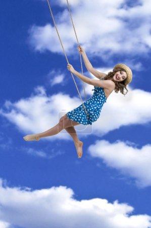 Foto de Chica en columpios en el cielo - Imagen libre de derechos