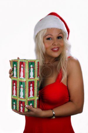 Photo pour Une belle jeune blonde, vêtue de la garde-robe de vacances avec un bonnet de helper, détient une échange-boîte tout en affichant un sourire magnifique, mignon. - image libre de droit