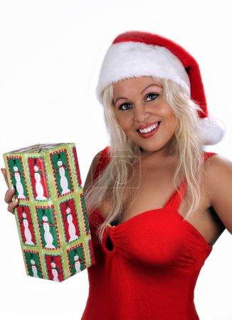 Photo pour Une belle jeune blonde, vêtue de la garde-robe de vacances avec un bonnet de helper, détient une échange-boîte tout en affichant un sourire lumineux et chaleureux. - image libre de droit
