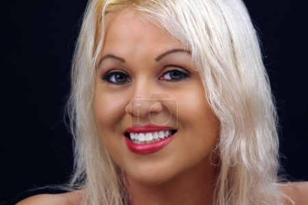 Photo pour Gros plan d'un bel jeune blonde platine modèle studio. - image libre de droit