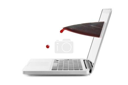 concept de violence Internet - couteau sanglant sur écran d'ordinateur portable