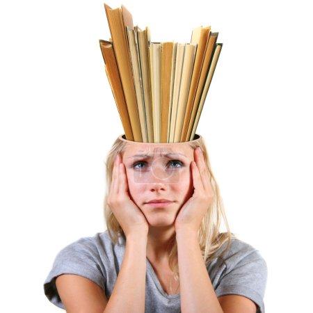 Photo pour Concept de la connaissance. la tête pleine de livres isolé sur fond blanc - image libre de droit