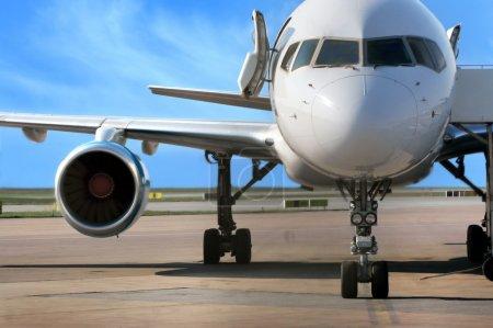 Photo pour Aéronef commercial stationné à l'aéroport - image libre de droit