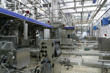 Photo pour Vannes de régulation de température en acier inoxydable et de tuyaux en laiterie moderne - image libre de droit