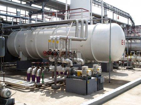 Photo pour Équipement dans une raffinerie de pétrole. - image libre de droit