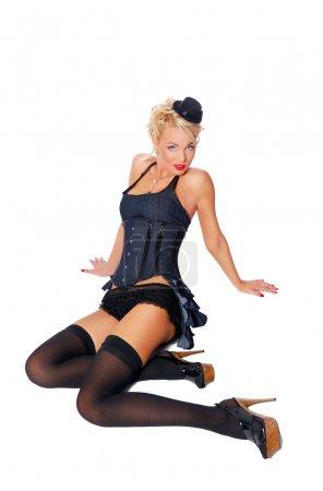 Photo pour Fille sexy dans un costume de courtisane assis sur le sol - image libre de droit