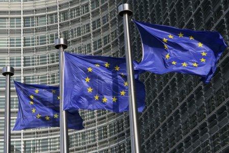 Photo pour Drapeaux européens devant la commission de l'Union européenne à Bruxelles, Belgique - image libre de droit