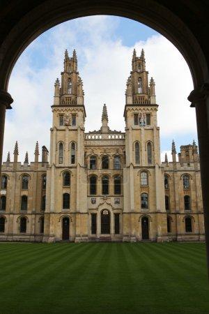 Photo pour All Souls College à Oxford, célèbre collège universitaire - image libre de droit