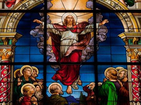 Foto de Hermoso vitral creado por f. zettler (1878-1911) en la iglesia alemana en Estocolmo. - Imagen libre de derechos