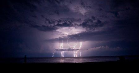 Foto de Tormenta de truenos y relámpagos en el mar. un rayo. - Imagen libre de derechos
