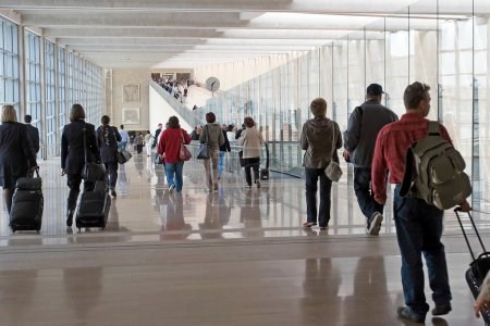 Photo pour Passagers à l'aéroport international moderne - image libre de droit