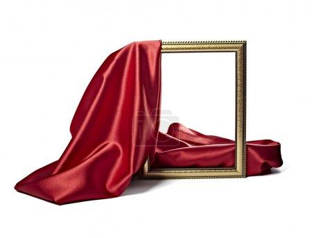Photo pour Gros plan de la couverture de cadre en bois avec tissu texturé de soie sur fond blanc avec chemin de coupe - image libre de droit
