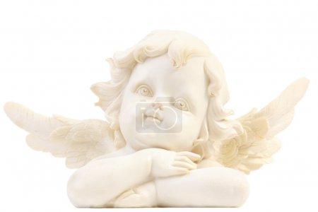 Photo pour Une petite figurine d'ange avec les bras croisés sur fond blanc - image libre de droit