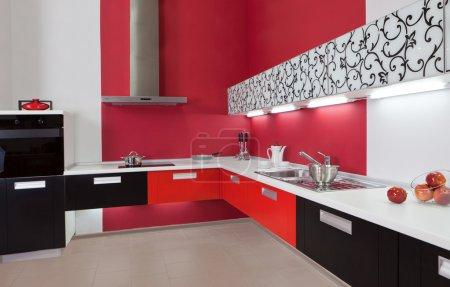 Photo pour Intérieur de cuisine moderne avec décoration rouge - image libre de droit