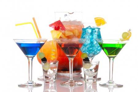 Photo pour Cocktail Martini, Malibu hawaïenne bleue, Sexe sur la plage, tirs de tequila ; boisson à la margarita et carafe de vin chaud sangria sur le dos. Types de variations de cocktails - image libre de droit