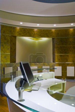 Photo pour Réception moderne avec un ordinateur sur le Bureau - image libre de droit