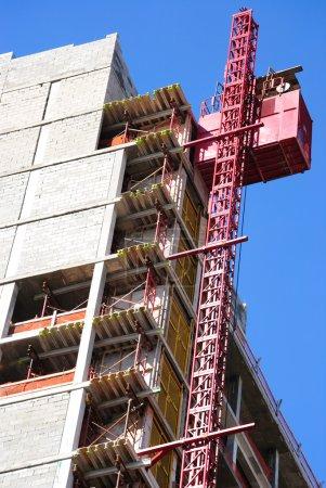 Photo pour Un bâtiment en construction avec ascenseur . - image libre de droit