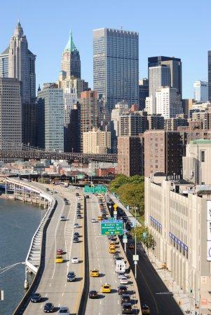 Photo pour Le pont de brooklyn, menant de nombreux gratte-ciels de manhattan à new york city. - image libre de droit