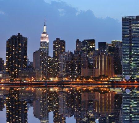 Photo pour The Lower Manhattan Skyline avec de sérieuses réflexions à New York . - image libre de droit