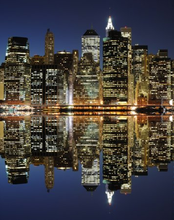 Photo pour The Lower Manhattan Skyline avec de sérieuses réflexions à New York . - image libre de droit