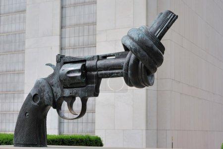 Photo pour Canon torsadé symbolisant la paix - image libre de droit