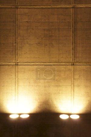 Photo pour Éclairage mur projecteur de ciment backgroud - image libre de droit