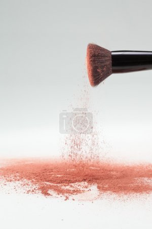 Blush brush shaking off pink loose powder blush