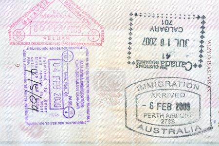 Photo pour Timbres du canada, l'Australie, la Malaisie en un passeport polonais - image libre de droit