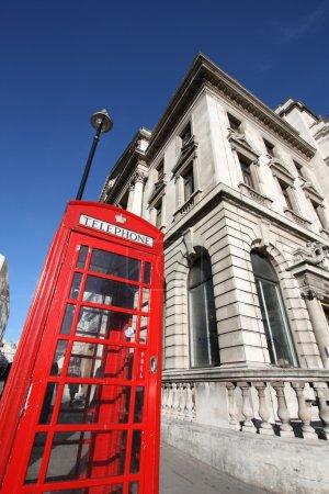 Photo pour Des yeux de poissons abstraits vue - typique rouge cabine téléphonique de Londres, symbole de la Grande-Bretagne. - image libre de droit