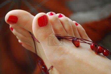 Photo pour Pieds de femme décorés avec les colliers - image libre de droit
