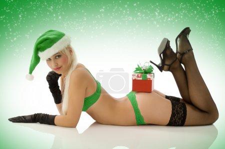 Photo pour Sexy jeune fille fixant avec boîte de chapeau et cadeau de Noël lingerie bas - image libre de droit