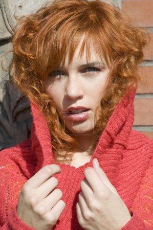 Photo pour Gros plan d'une jeune et belle femme avec poolover rouge - image libre de droit