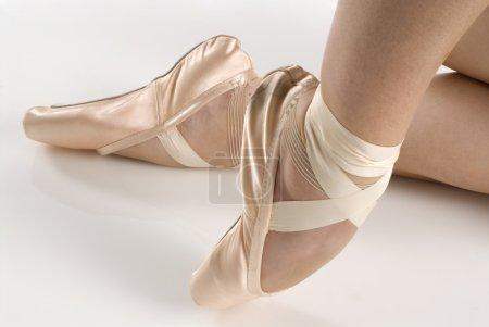 Photo pour Danseuse en chaussures de ballet dansant en pointe - image libre de droit
