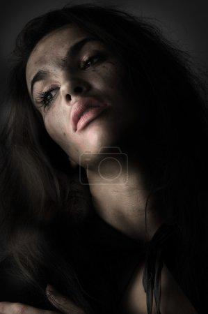 Foto de Morena en pánico con maquillaje roto en un retrato desaturado - Imagen libre de derechos