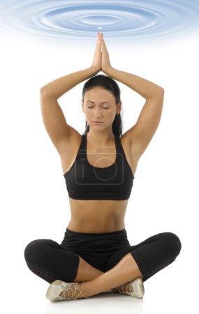 Photo pour Mignonne brune isolée sur blanc dans la pose de méditation yoga classique - image libre de droit