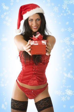 Photo pour Fille sexy en lingerie rouge et chapeau de Noël donnant une boîte cadeau - image libre de droit