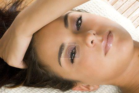 Foto de Un buen retrato de morena joven y linda con hermosos ojos - Imagen libre de derechos