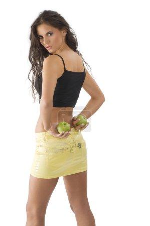Photo pour Belle jeune femme avec une jupe jaune et vert pomme - image libre de droit