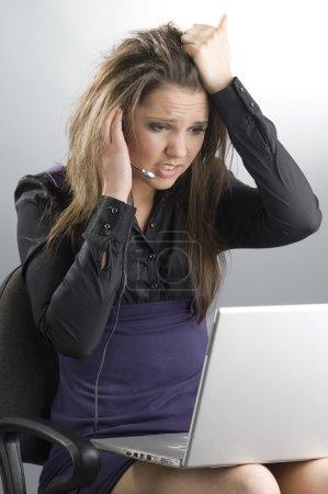 Photo pour Un opérateur d'appel avec un top sur les jambes - image libre de droit