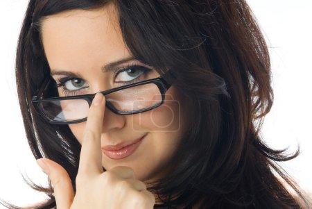 Photo pour Un joli portrait de jeune brune vraiment mignonne avec des lunettes noires - image libre de droit