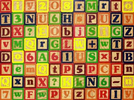Photo pour Un mur coloré de blocs lettrés pour un fond - image libre de droit