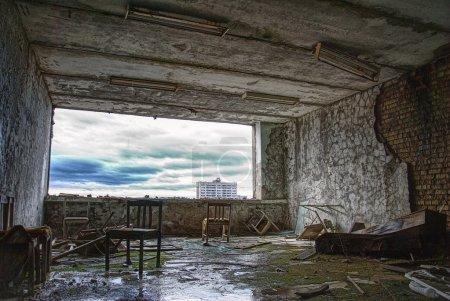 Photo pour Salle abandonnée dans l'hôtel de ville fantôme. photo prise au dernier étage à l'hôtel de la ville de pripyat près de Tchernobyl. - image libre de droit